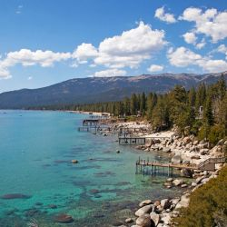 En las orillas de Lake Tahoe hay alojamientos para todos los bolsillos, pero sin dudas las favoritas son las cabañas ubicadas junto a la orilla.
