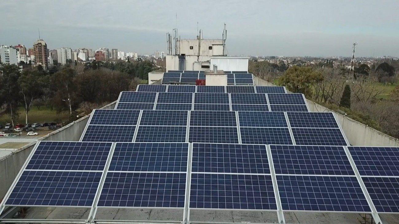 El sistema de energía solar fotováltica transforma de manera directa la luz solar en electricidad con el uso de una tecnología que se basa en el efecto fotováltico.