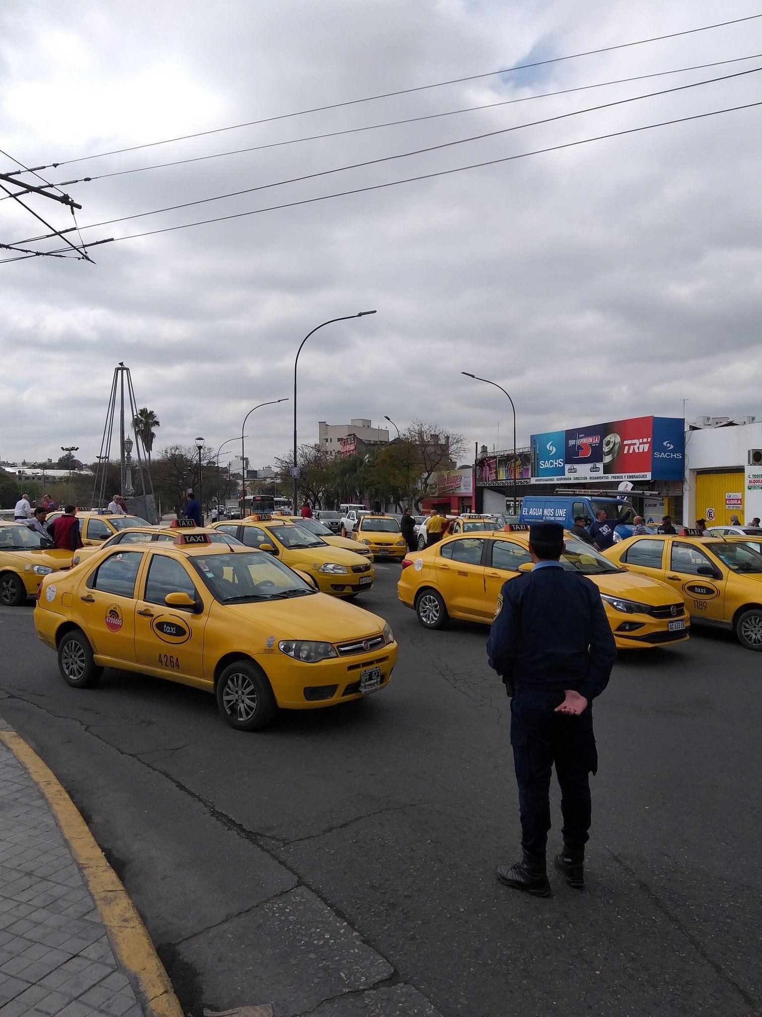 CORTES. En toda la ciudad se replicaron las protestas de taxistas y remiseros