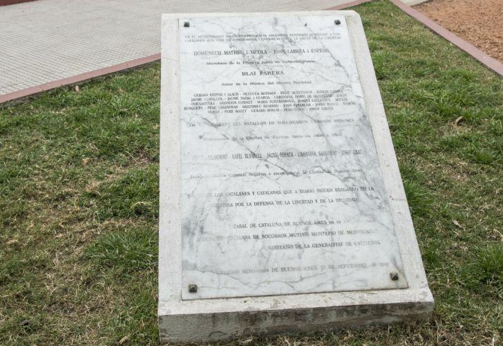 La placa en la que se rindió homenaje a los catalanes que contribuyeron a la causa de la libertad.