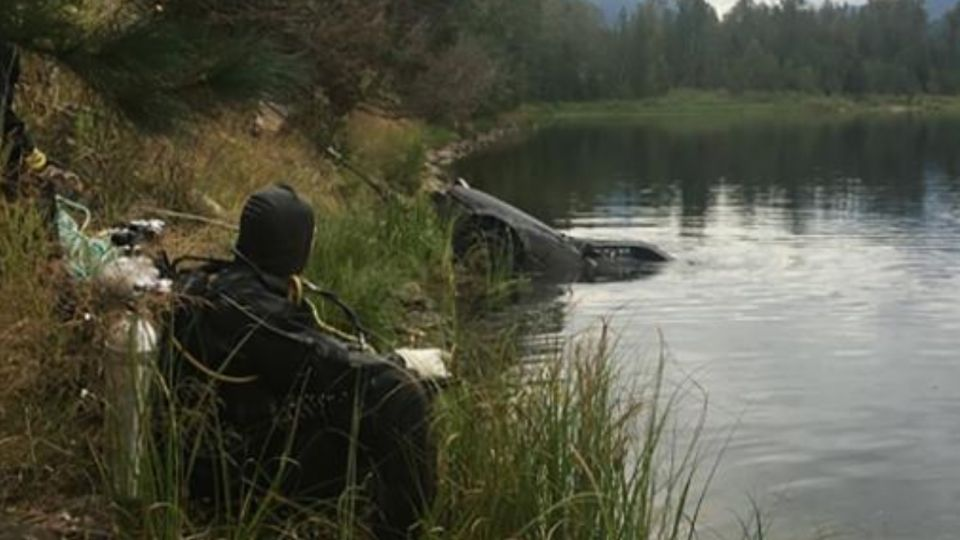 Max Werenka, de 13 años, pasaba en un bote enGriffin Lakecerca de Revelstoke, Columbia Británica, cuando divisó el auto bajo el agua.