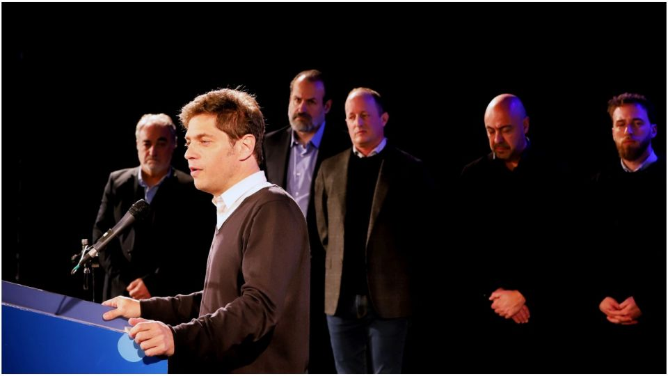 Axel Kicillof visitó la muestra sobre Ana Frank en el teatro municipal de Lomas de Zamora.