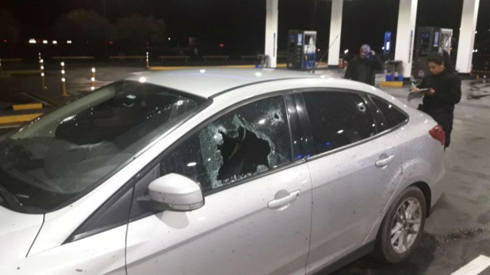 El hombre viajaba en el móvil policial no identificable Ford Focus de color gris cuando fue atacado.