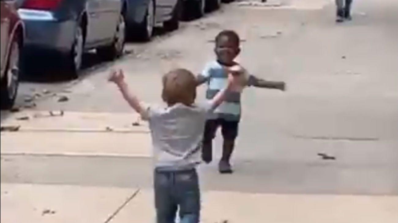 El emotivo abrazo de dos pequeños amigos al encontrarse en la calle