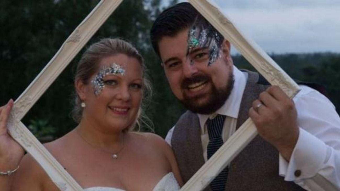 Saun May, de 34 años, se encuentra acusado de intentar asesinar a su esposa, Laura. En la foto se los ve en la celebración de su boda.