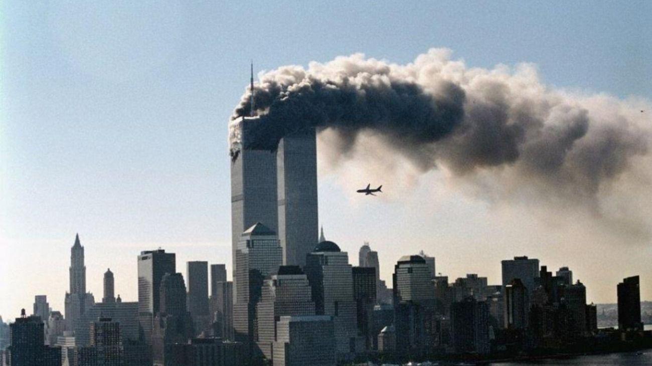 El momento en que el segundo avión impacta en una de las torres.