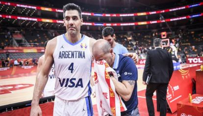 Luis Scola consuela a un Oveja Hernández desbordado por la emoción tras el pase a semifinales.