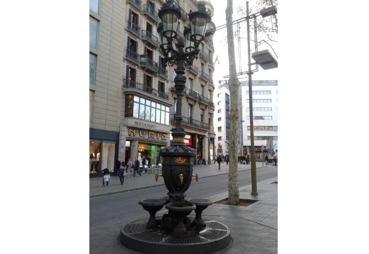 La Font de Canaletes original se encuentra cerca de la Plaza Cataluña de Barcelona, en les Rambles.