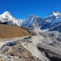 Habitualmente la ruta de entrada al Everest arranca en el peligroso aeropuerto de Tenzing-Hillary, en la ciudad de Lukla, desde donde se inicia después un periplo a pie que puede durar varios días antes de llegar al campo base.