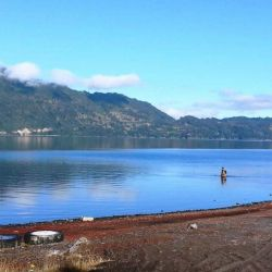 A orillas del volcán se encuentran los lagos Calafquen y Pullingue, y las localidades de Pucura y Coñaripe, todo a unos 800 kilómetros al sur de Santiago.