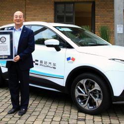 Fu Qiang, CTO y cofundador de Aiways recibe el certificado del Récord Mundial Guiness.