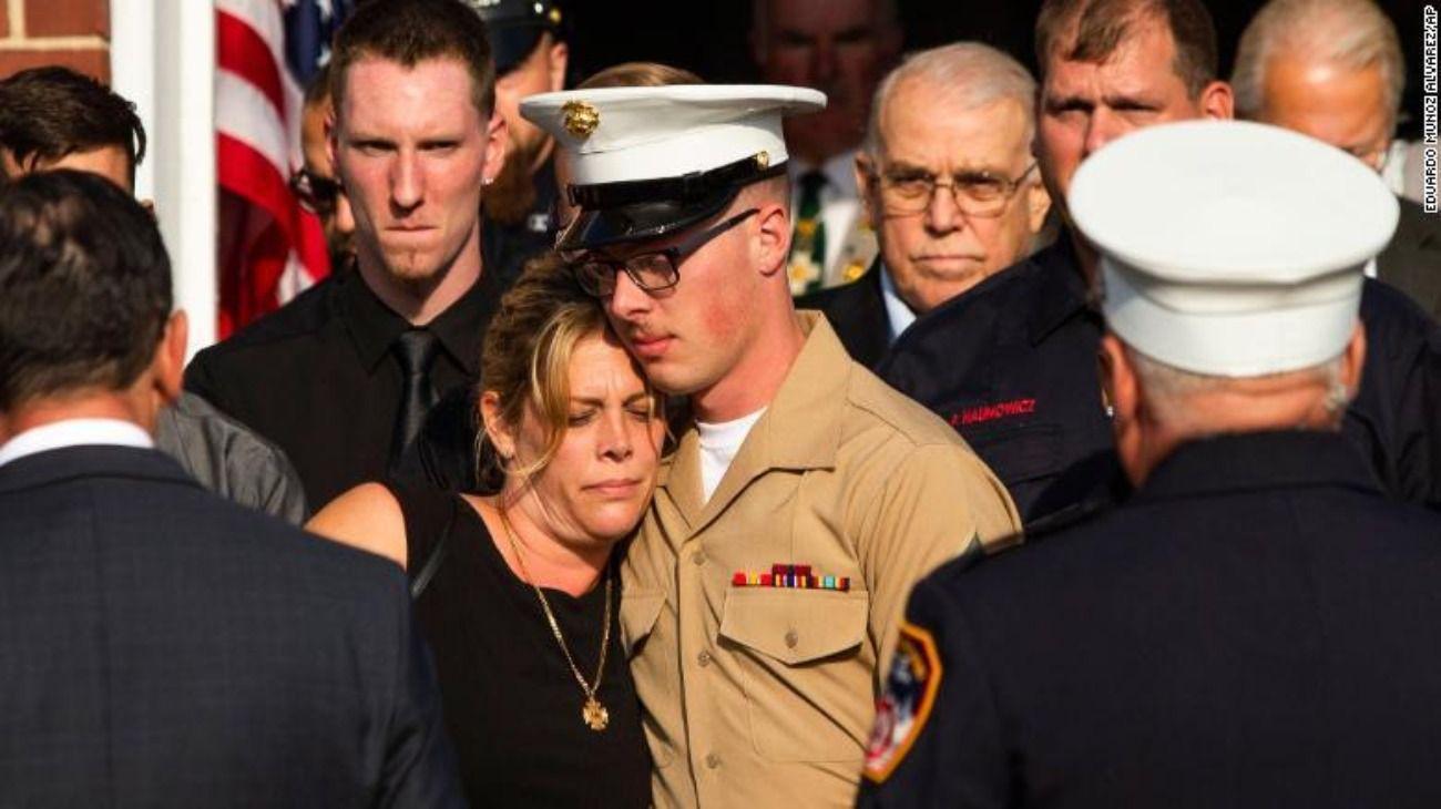 Erika Starke y su hijo Michael Haub, que tiene el mismo nombre que su marido, despiden sus restos identificados hace pocos días.