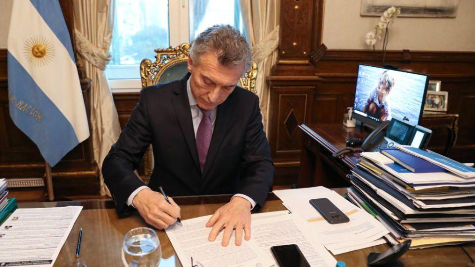 """Macri, firmando el documento """"Compromisos para la Educación Argentina"""""""