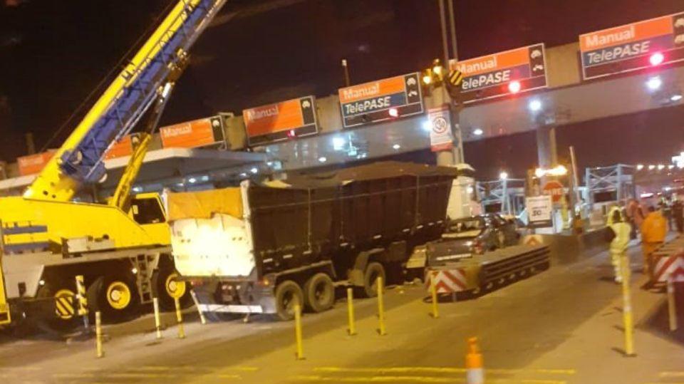 Un camión sin frenos embistió auto y cabina de peaje en Panamericana.