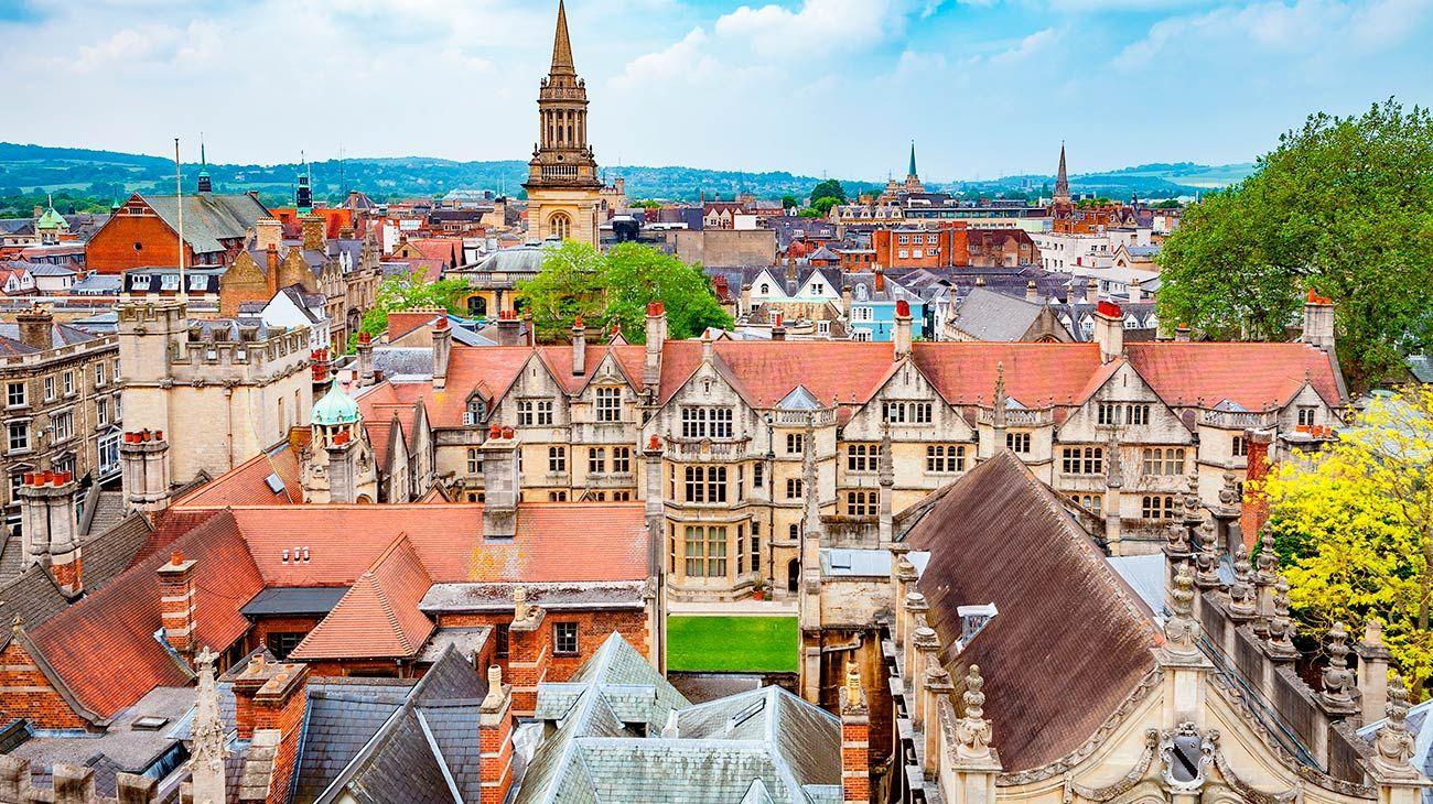 La ciudad universitaria se encuentra a una hora de Londres. Los trenes parten de la Estación Paddington.