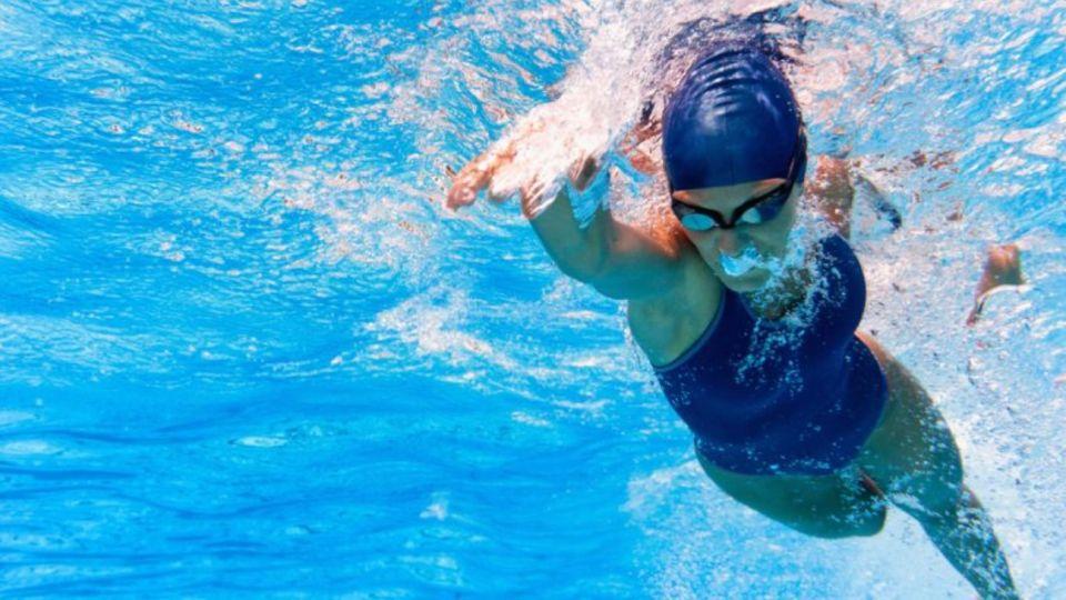 Imagen de carácter ilustrativo | Una estudiante de secundaria que participaba en una competencia de natación fue descalificada debido a la forma en que su traje de baño se ajustaba a su cuerpo.