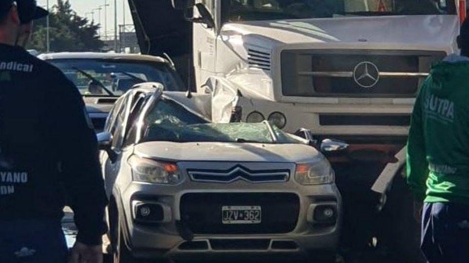 Un camión sin frenos embistió auto y cabina del peaje en Panamericana.
