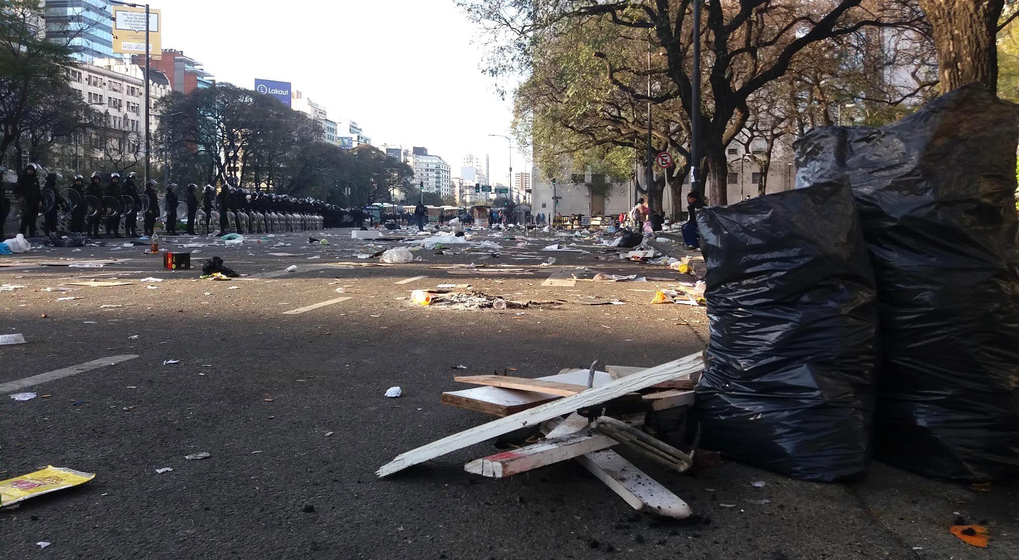 Imágenes de como quedó el lugar donde se realizó el acampe sobre la Avenida 9 de Julio, en el centro de la ciudad de Buenos Aires