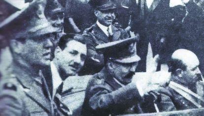 HIJOS PRÓDIGOS. El joven oficial Juan Perón junto al coche del general Félix Uriburu.