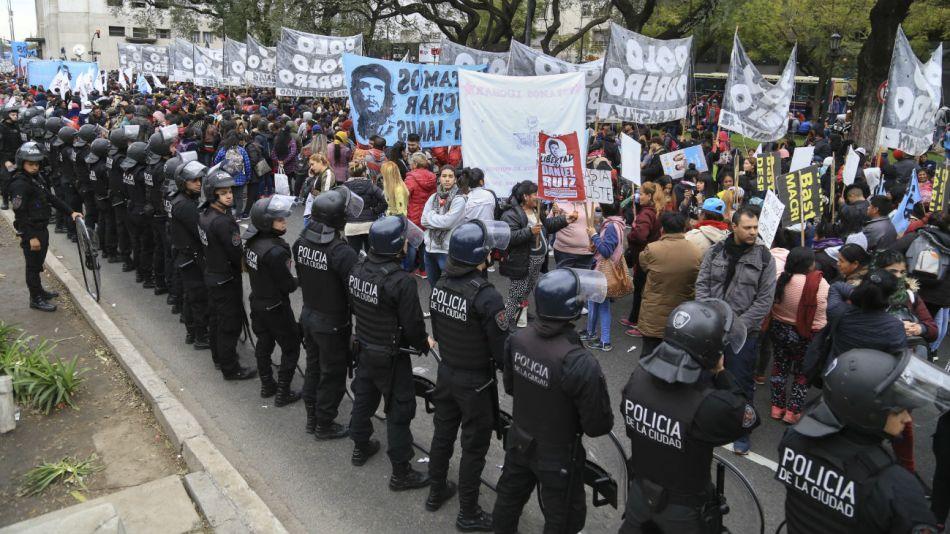 Un cordon policial custodia el acampe que realizan los movimientos sociales frente al ministerio de Desarrollo Social.