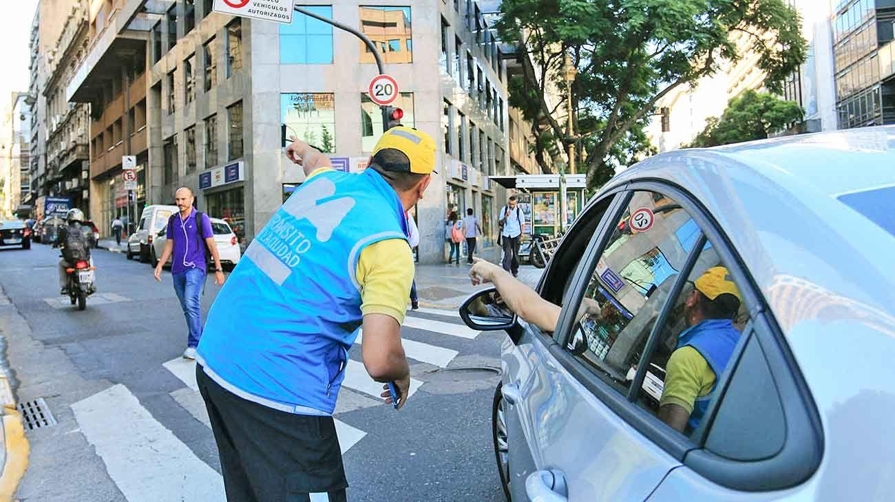 Controles. En la Ciudad prestan servicio unos 2.700 agentes de tránsito. La mayoría son contratados bajo el esquema laboral de monotributista.
