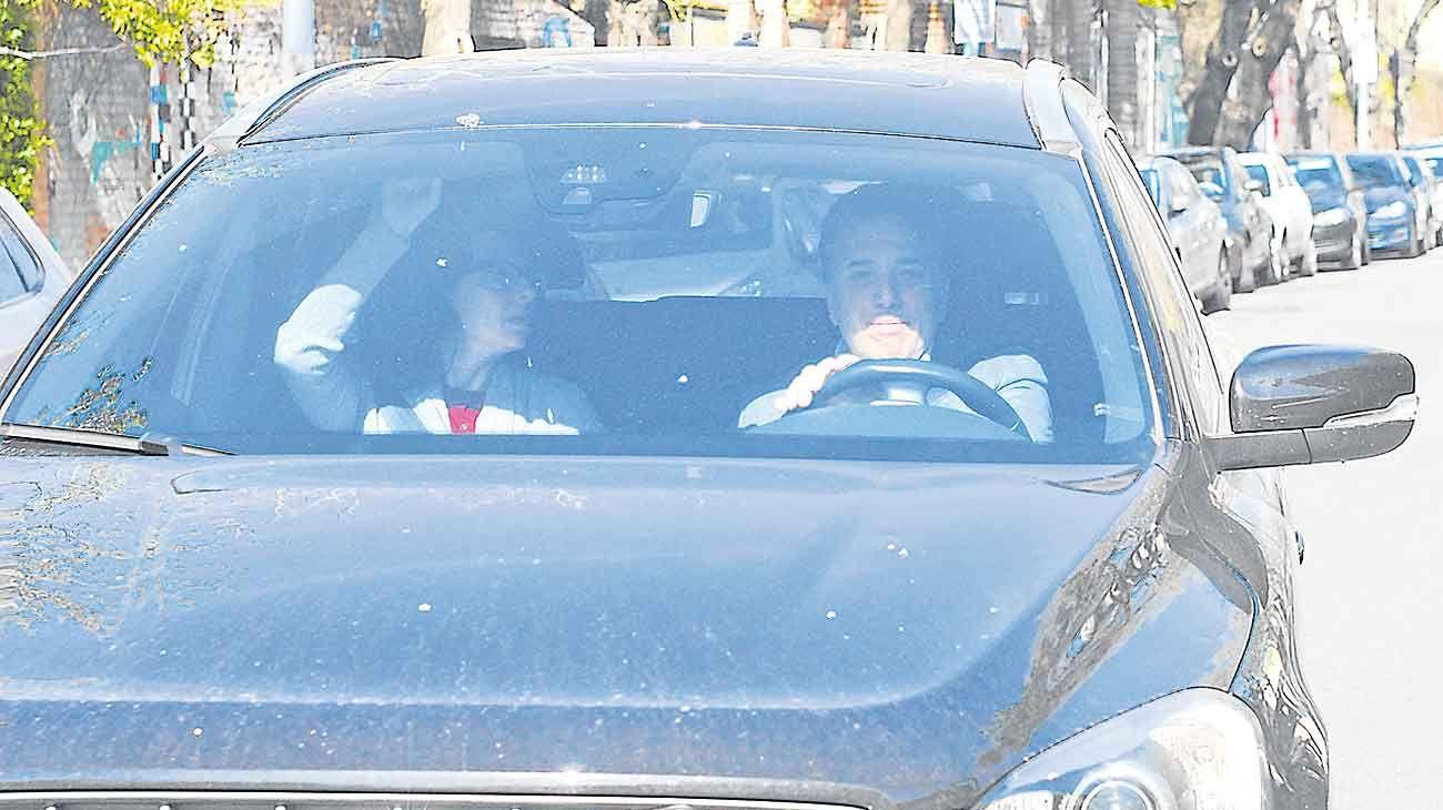 Al volante. Dujovne, ayer por la mañana, al salir de su casa del barrio porteño de Belgrano. Volvió a su trabajo como consultor.