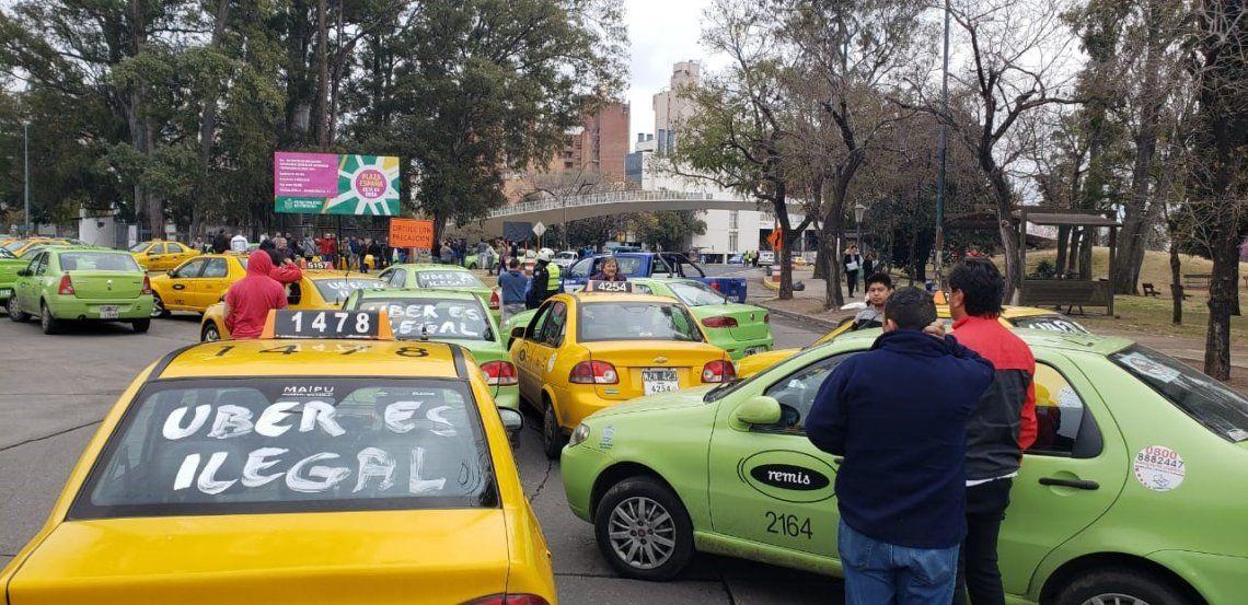 PROTESTAS. Los taxistas y remiseros encabezaron la resistencia contra Uber con manifestaciones en diferentes puntos de la ciudad.
