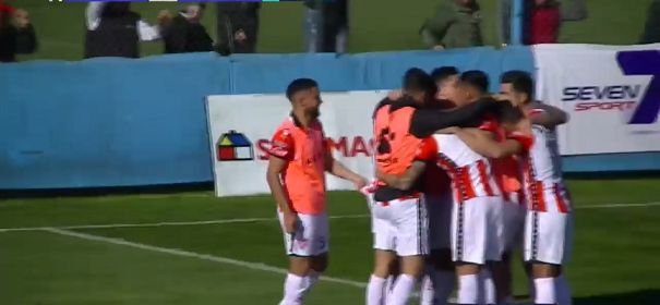 """""""GORDO"""" DE ALEGRIA. Todos los compañeros abrazan a Bajamich tras el primer tanto."""