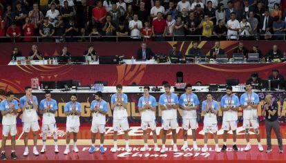 Argentina con la medalla de plata en el podio del Mundial de Básquet.