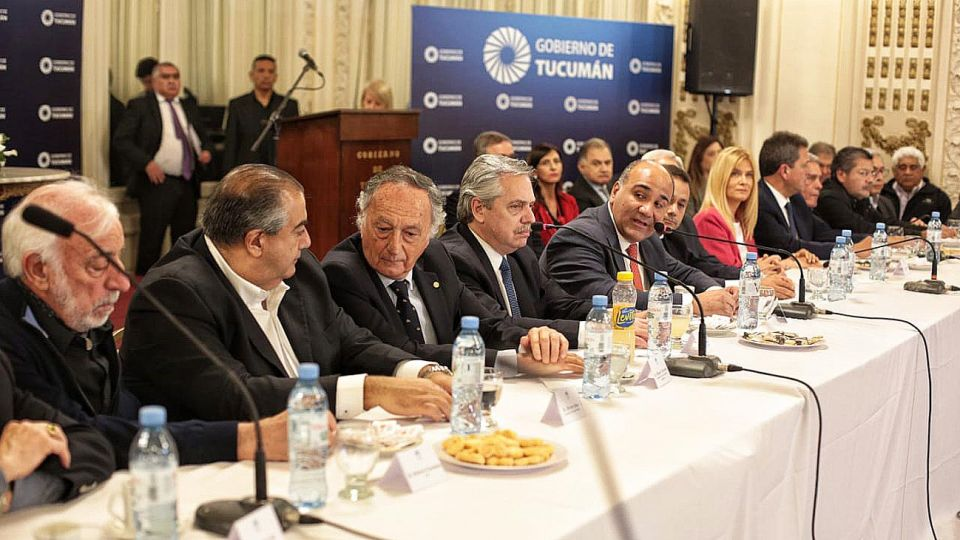 Mesa. Trabajadores, industria, gobernadores y organizaciones sociales, con Fernández esta semana en un encuentro en Tucumán.