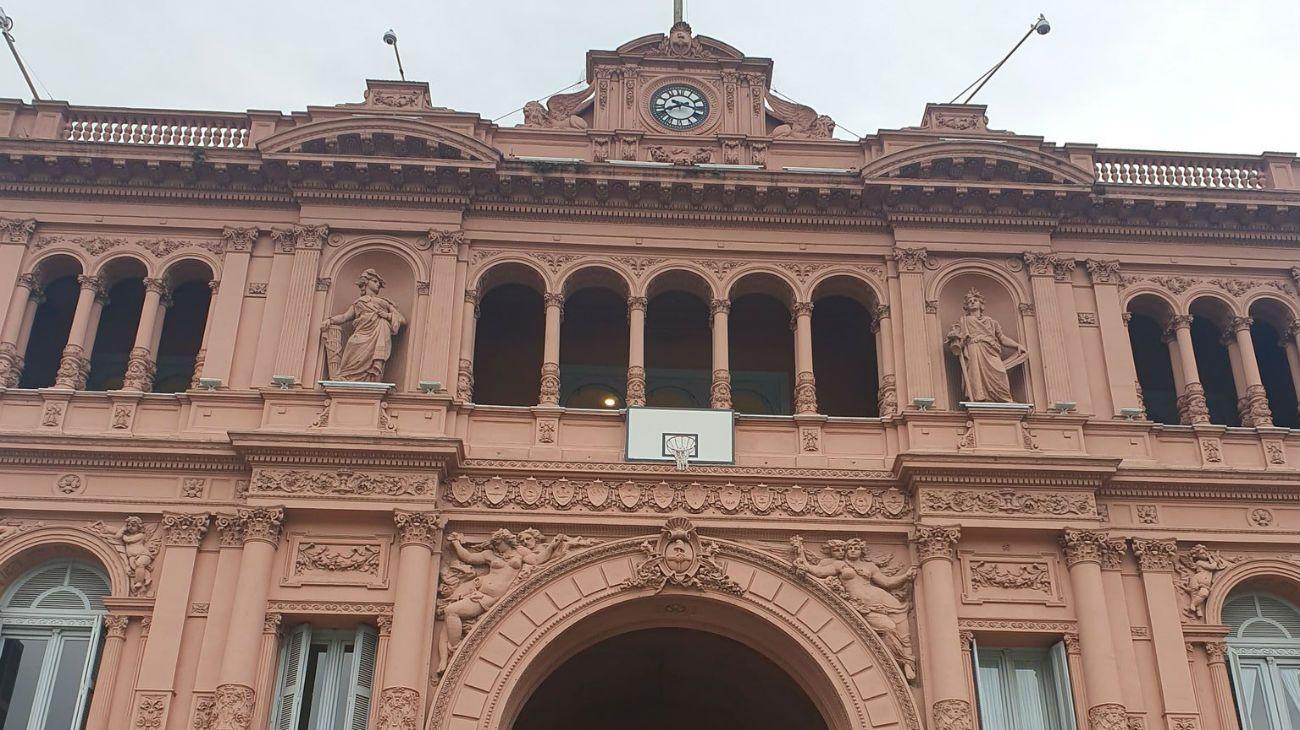 La Casa Rosada amaneció con un aro de básquet en la entrada principal.
