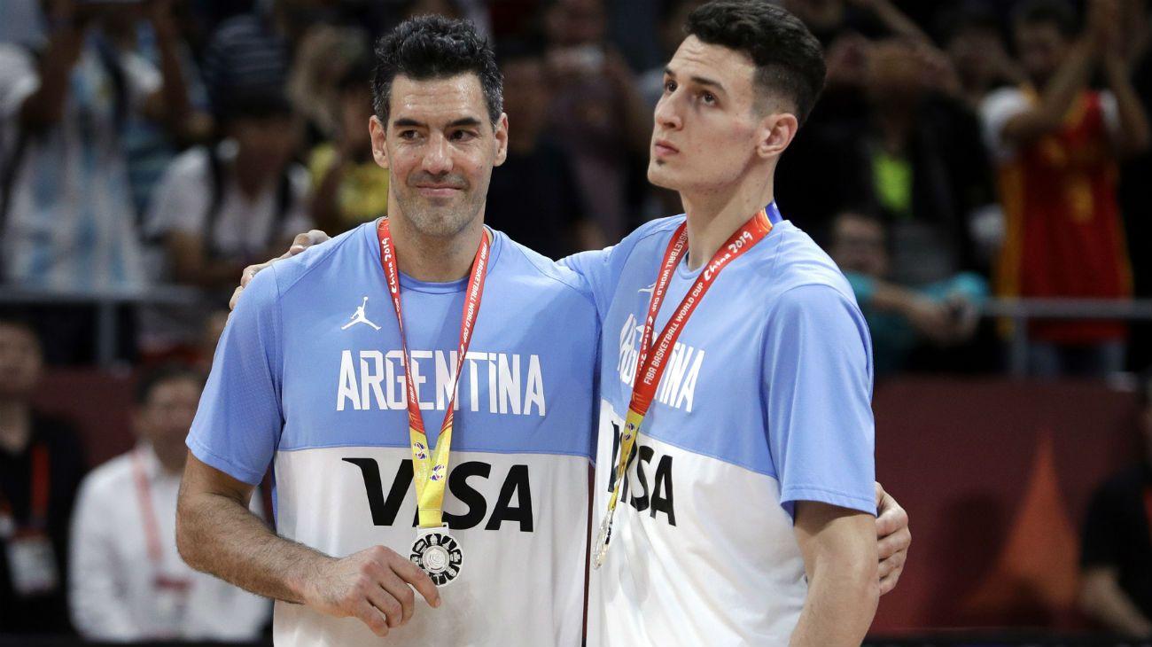 Leyenda y promesa. Luis Scola y Facundo Caffaro se abrazan con la medalla de plata conseguida en el Mundial de China.
