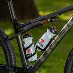 , el nuevo sistema IsoStrut implica un cuadro con más espacio, una típica desventaja en las bicicletas de doble suspensión, lo que le permite a la Supercaliber llevar dos portacaramañolas, ideal para salidas largas donde el agua no puede escasear.