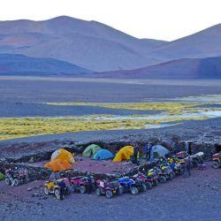 El equipo aguarda la salida del sol en el campamento base de la cordillera catamarqueña, a 4.000 msnm.