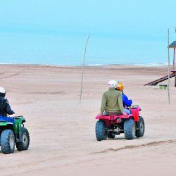 Un grupo avanza sobre los médanos  de Gesell camino al faro. Nuevas reglas se imponen en este y otros balnearios.
