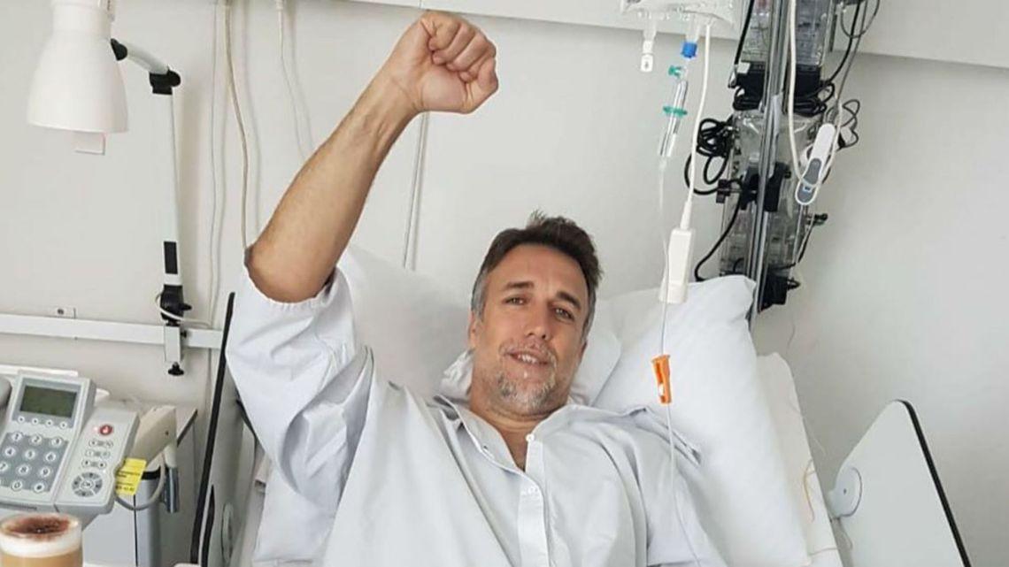 Gabriel Batistuta fue operado con éxito y mostró la prótesis que le colocaron