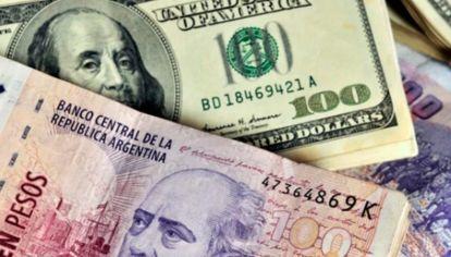 El dólar y el peso argentino.