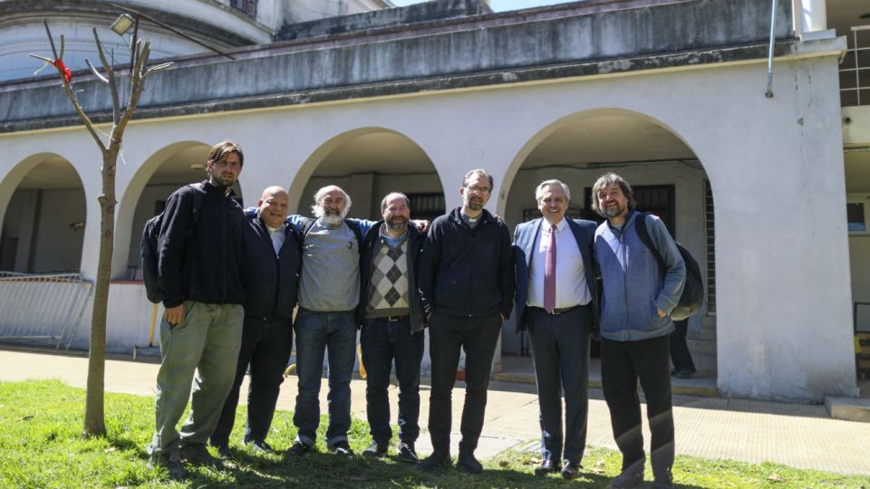 Alberto Fernández junto a los curas villeros en la parroquia de San Cayetano
