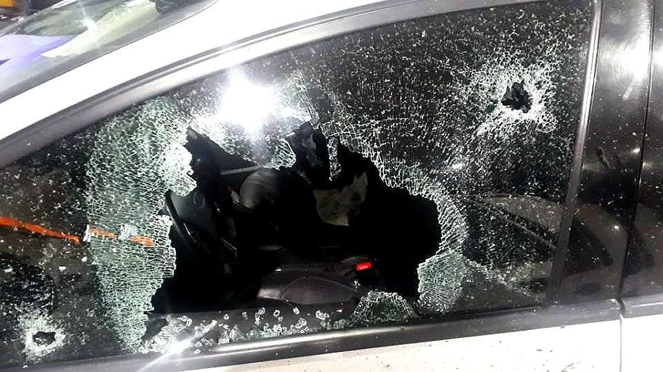 Mariano Valdés y Roxana González dijeron haberse tiroteadoal detener su autoel auto en la autopista Buenos Aires-Rosario. Tres encapuchados bajaron de una 4x4 y les dispararon, según su versión..