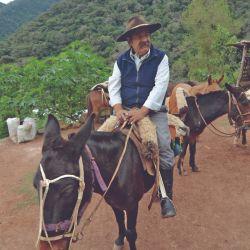 El baqueano Lalo Cruz hace cabalgatas con turistas.
