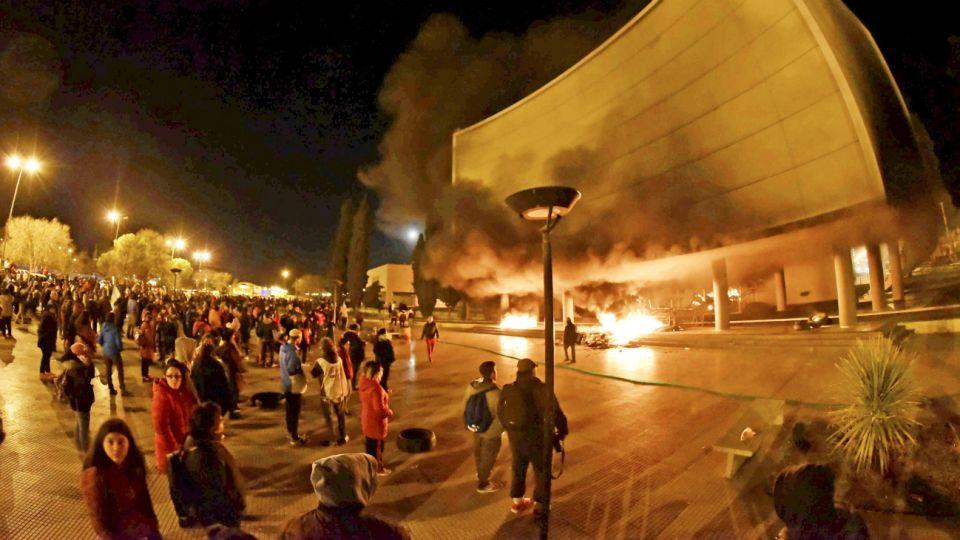 Graves disturbios se produjeron el 17 de septiembre en la Legislatura provincial, en Rawson, con rotura de vidrios del edificio y represión policial, luego de que se conociera la noticia de la muerte de dos docentes, quienes fallecieron en un accidente ocurrido en la Ruta 3 camino a Comodoro Rivadavia luego de participar de una protesta.