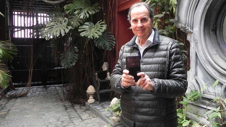 Aldo Sessa en el patio de su estudio.