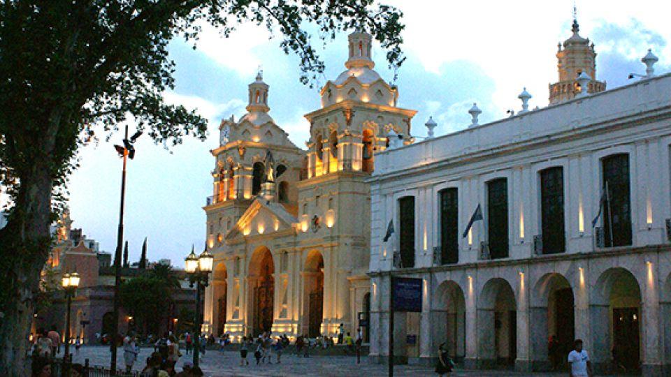 La Catedral y el Cabildo, dos íconos del casco antiguo de la ciudad de Córdoba.