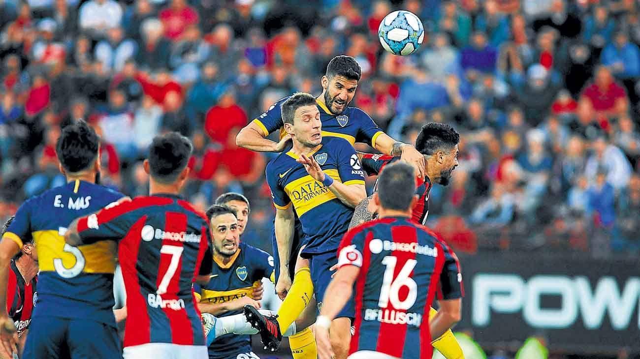 Jugada clave. Lisandro López es el que más alto salta y está por cabecear al gol. Fue un córner flotado que pedía la salida de Navarro.