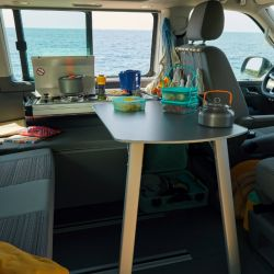 Un espacio interior modernizado. En el California 6.1 la mini-cocina con calentador a gas puede ocultarse una vez usada. Foto: Volkswagen AG/dpa