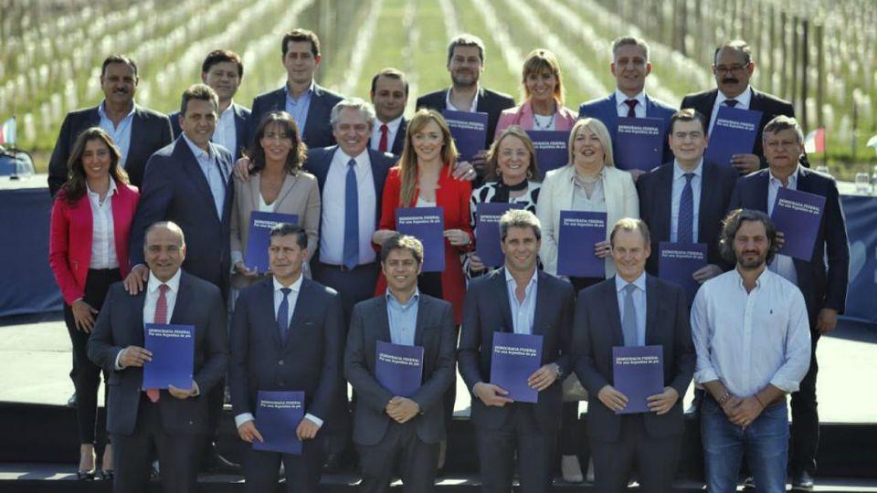 Alberto Fernández y equipo, de campaña.