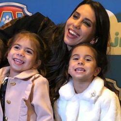Cinthia Fernández junto a sus hijas
