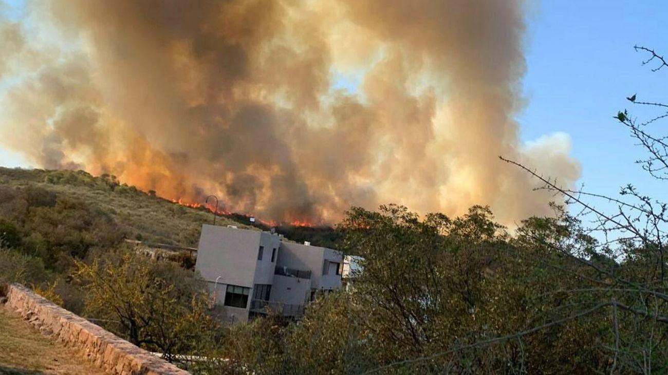 Combaten un gran incendio en las afueras de Villa Carlos Paz