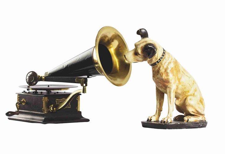 NIPPER, EL PERRITO DE LA RCA. El perrito que escuchaba la voz de su amo en un fonógrafo fue creado por el pintor inglés Henry Barraud.