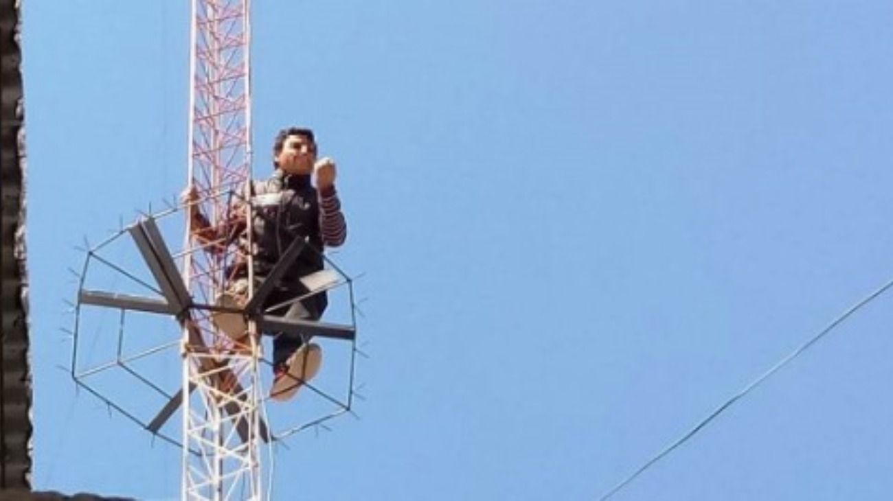 Las Heras. Un hombre se subió a una antena de radio y amenaza con suicidarse.